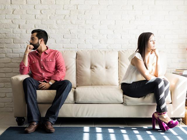 unhappy-couple-facing-away_si